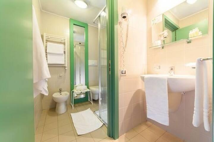 antibagno e bagno con box doccia