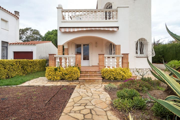 Peaceful Holiday home in Sant Pere Pescador With Swimming Pool