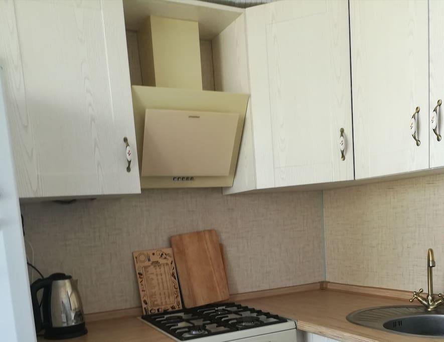 + кухонный кран, раковина, посуда в шкафу, тарелки, чашки, бокалы для вина