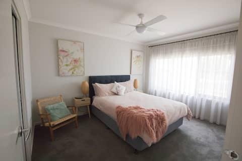 Modern 2 bedroom Unit in central Deniliquin