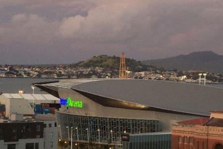 Penthouse harbour views, own ensuite, CBD close - Auckland