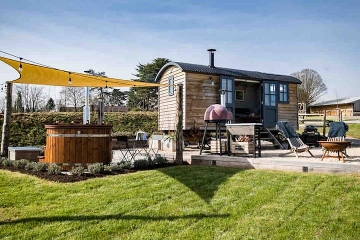Luxury Shepherd's Hut Retreat & Hot Tub - Somerset