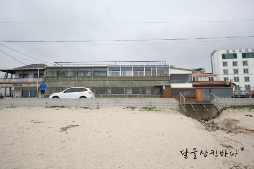 You can enjoy swimming in front of the accommodation. 숙소 앞에서 해수욕을 즐길 수 있습니다.