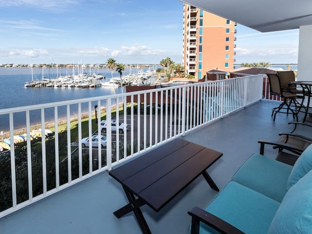 Gorgeous Unit, On-site pool, Amazing view, Beach-front