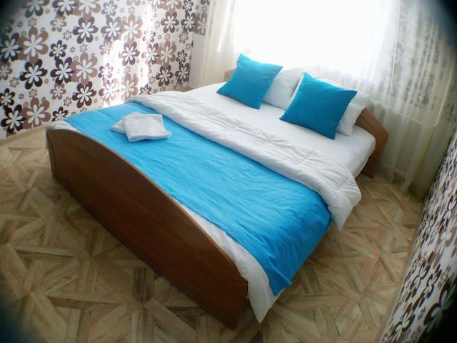 Отличная квартира на пр. Октябрьском в центре - Kemerovo - Lägenhet