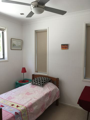 Single room in spacious townhouse - Labrador - House