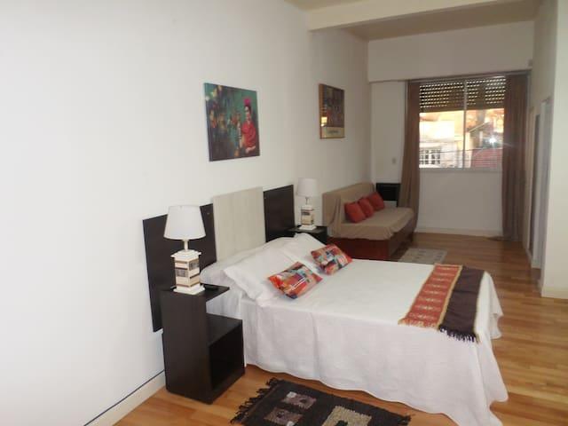 Cómoda y amplia habitación en suite, cuenta con Smart tv, cama de 2 plazas y futon con dos camas de una plaza. Armario y cajonera.  Muy linda vista a la calle