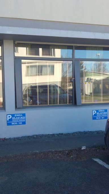 miejsce parkingowe i okna mieszkania