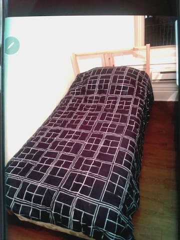 Single bed private room in a student apt DT area!!