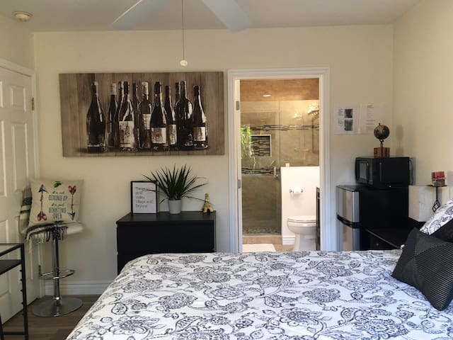 Lovely Private Guest FamilyRoom close to Hollywood
