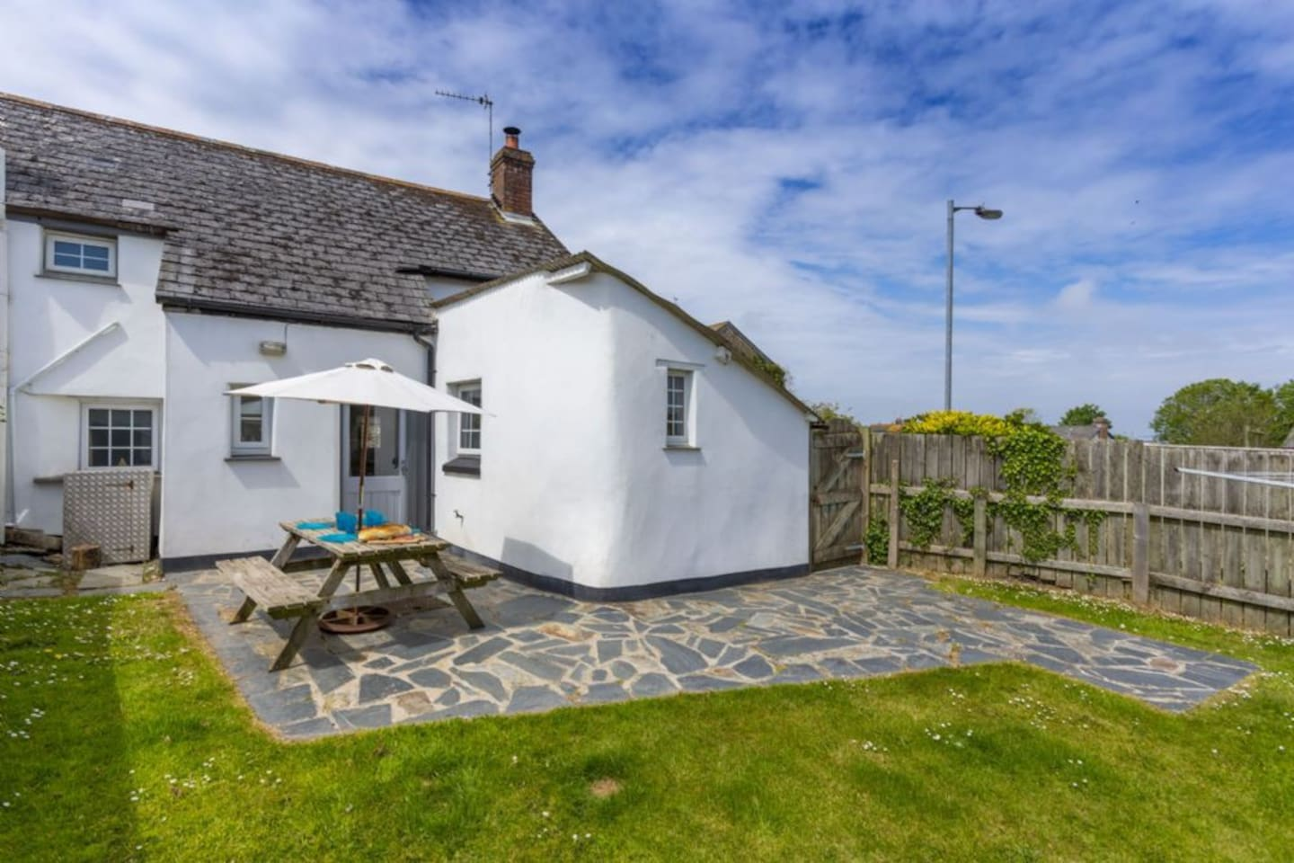 Honeysuckle Cornish Cottage with private enclosed garden, dogs welcome