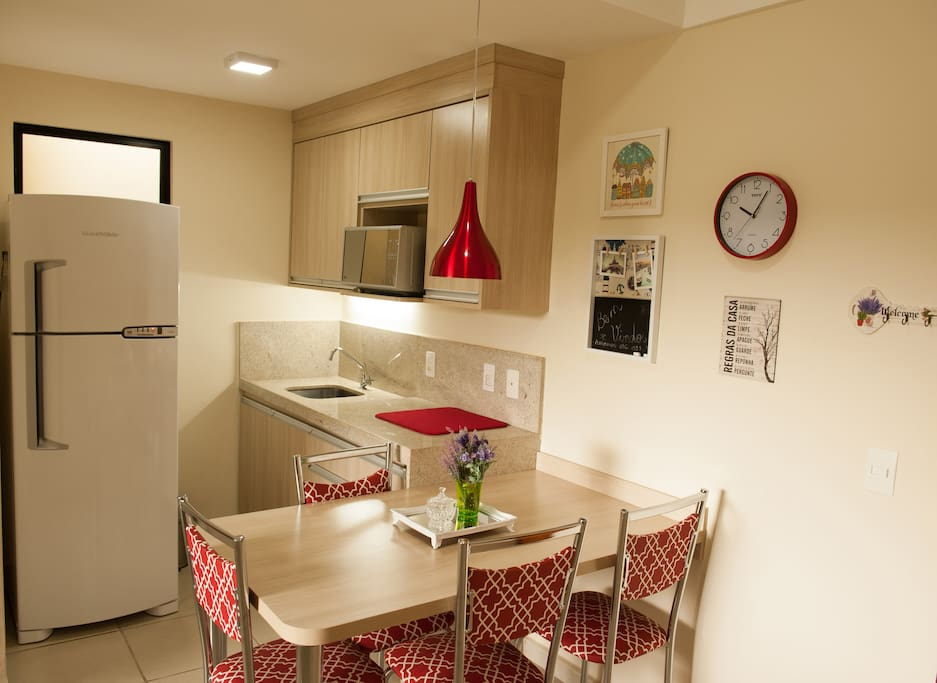 Cozinha com Geladeira duplex e Microondas