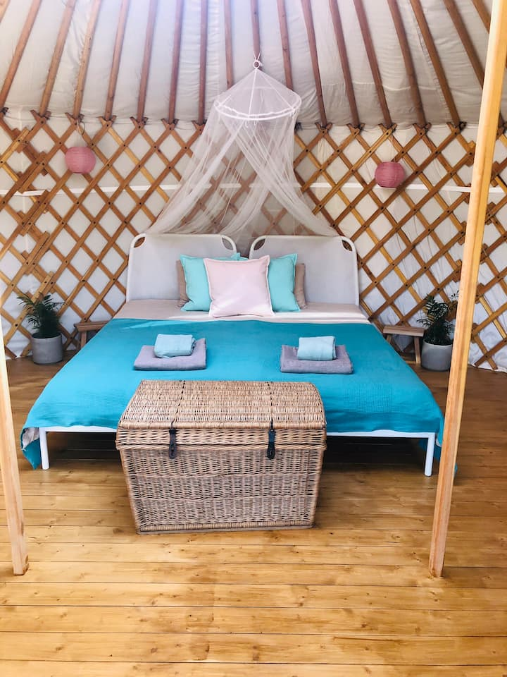 Amazing Yurt with Shared Pool and Breakfast