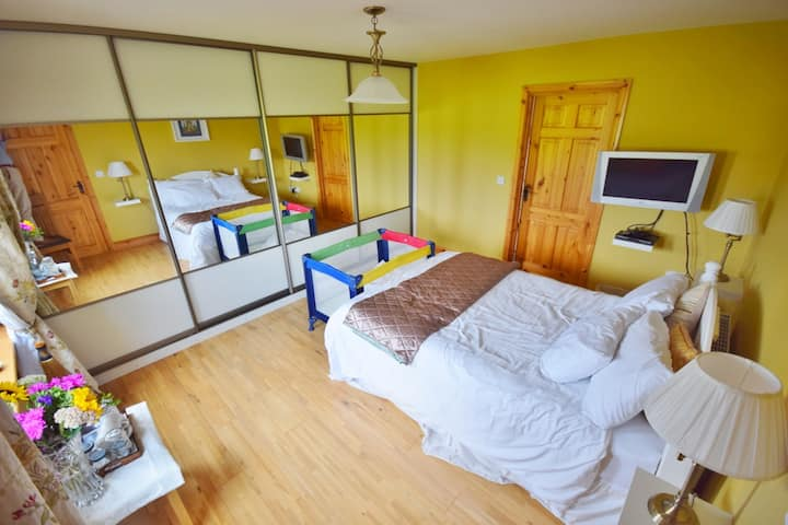 1 double room & en-suite (4 bedrooms onsite)