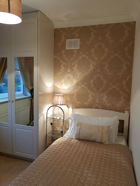 Single Room near phoenix park with basic breakfast