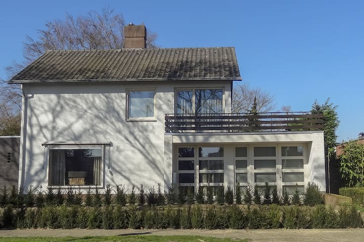 Luxury Holiday Home with Hot Tub in Heythuysen
