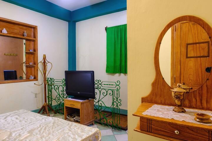 Habitación, espejos, TV digital