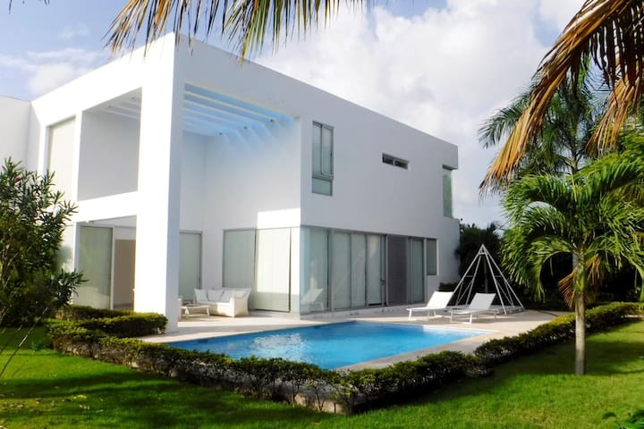 Luxury villa near the beach Nueva Romana!
