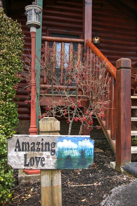 Come and see why we chose this cabin after looking for years .... it has privacy, security, an updated look, and is minutes from downtown Gatlinburg/National Park.  As a bonus, you may also take back roads to Pigeon Forge from our location, avoiding traffic during the busy weeks!