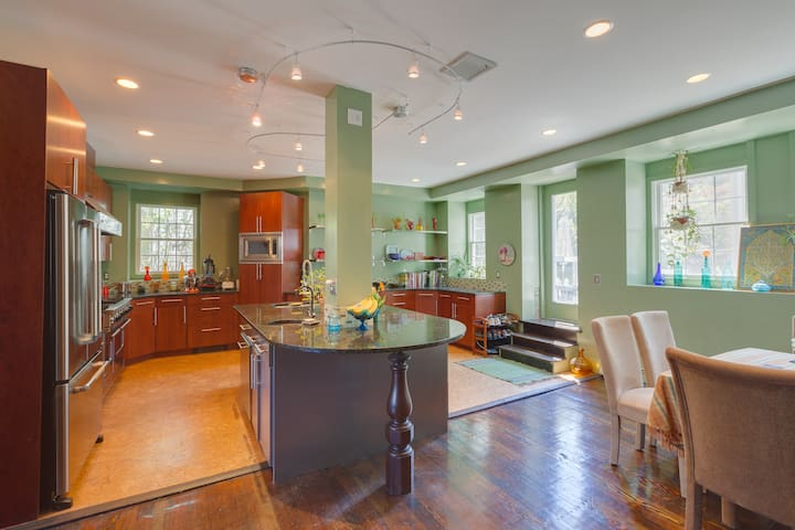 Writers Retreat Room in Fabulous Renovated Church - Easton - Apartment