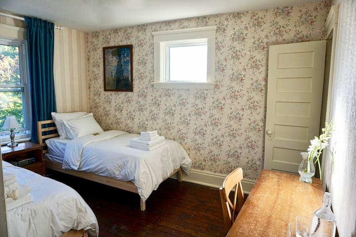 Beautiful Twin Bedroom in Historic Home - Stratford - Huis