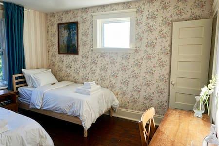 Beautiful Twin Bedroom in Historic Home - Haus