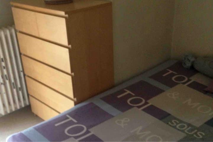 Chambre confortable chez l'habitant proche de CDG.