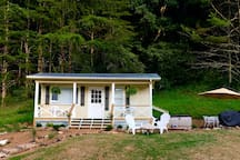 Lil Cottage TinyHouse-waterfall, jacuzzi, farm
