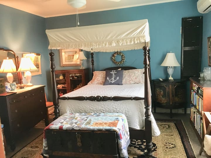 Full size bed with 1/2 bath on the water beach