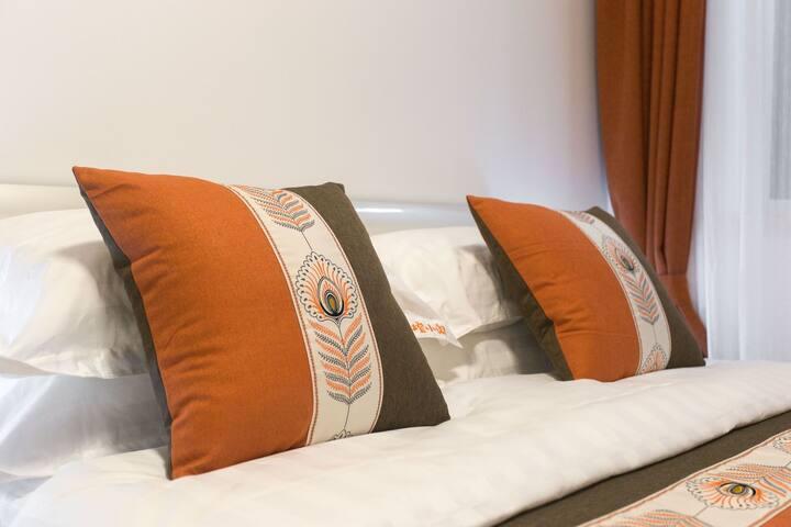 卧室均配品牌床垫,精梳棉布草,冬季蚕丝被及不同软硬度的双枕