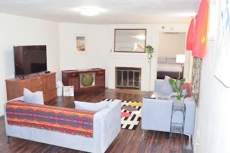 900+ SF Apt near Sellwood/Max/DT! 2 Huge TVs+Cable - Lejlighed