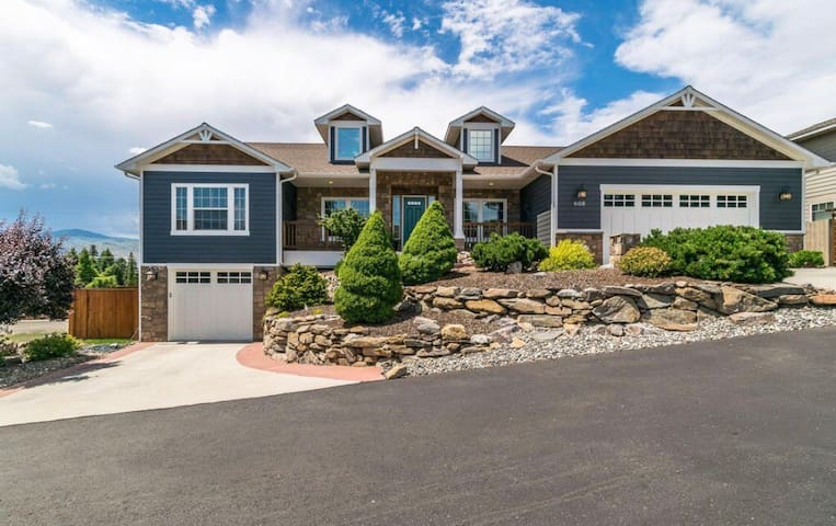Mountain Views in a Great Neighborhood!