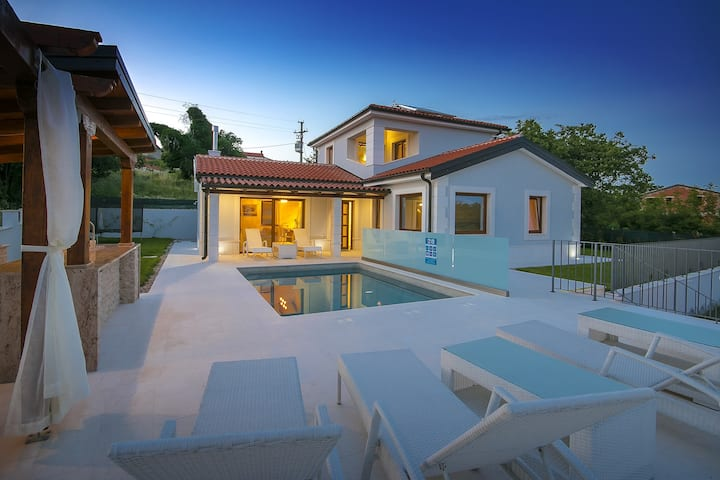 Beautiful Villa Gloria Vita with pool and jacuzzi