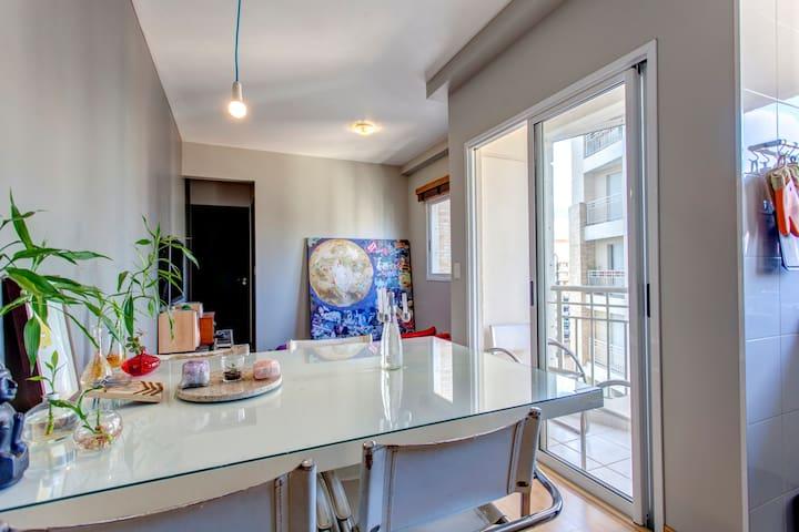 sala: mesa grande para refeições e trabalho