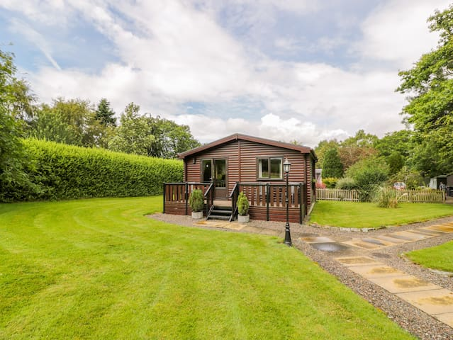 THE SPINNEY LODGE, pet friendly, with a garden in Jedburgh, Ref 26541