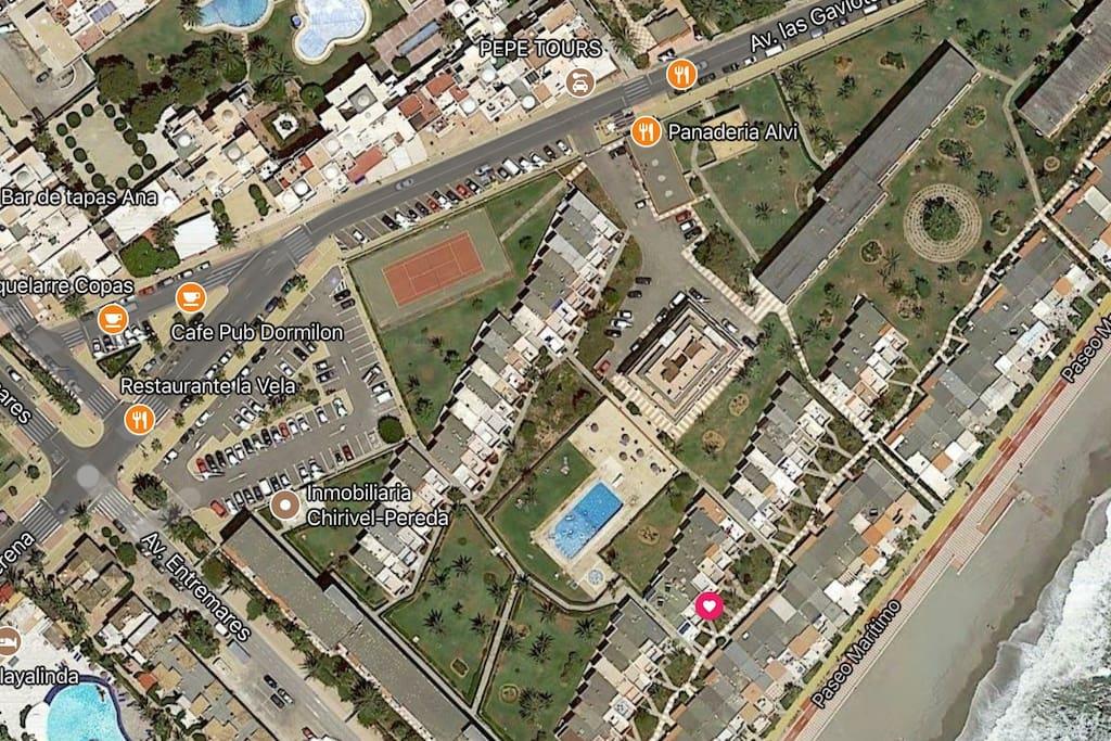 Localización del apartamento EN EL PUNTO DEL  (CORAZON ), EN ROJO en segunda linea de playa en un recinto cerrado que se llama Club Tropicana en el centro de la urbanización.