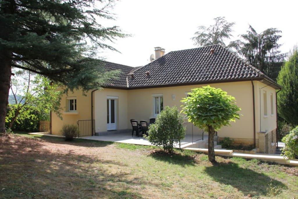 Arrière de la maison avec jardin clos et terrasse
