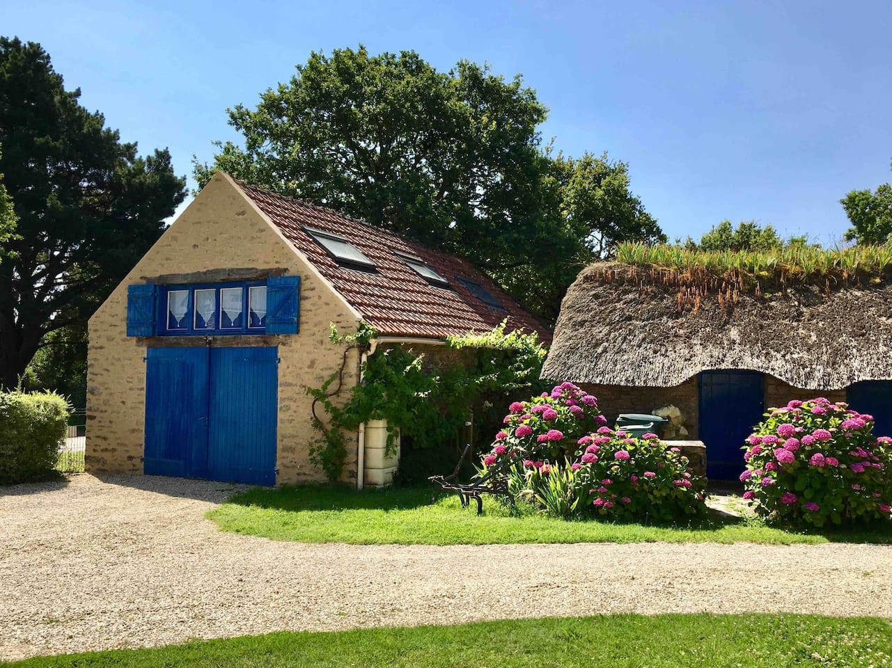 Notre studio duplex est une ancienne grange en pierre entièrement rénovée et confortablement réhabilitée afin de passer un agréable séjour au cœur de la Brière