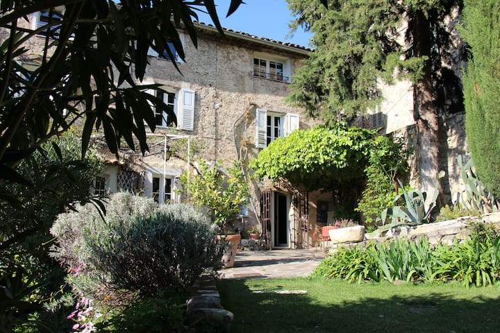 200 year old provencal cottage 8per
