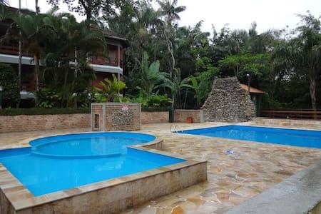 Apto térreo próximo a piscina