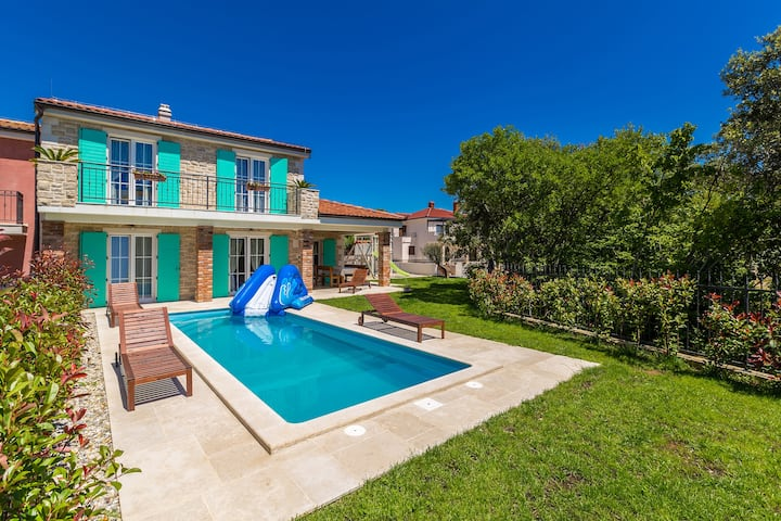 Luxuriously equipped house with swimming pool