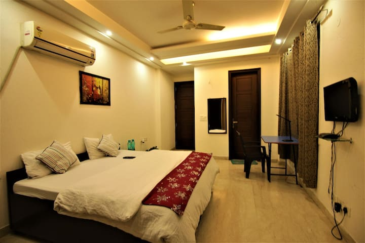 Private Affordable room in Saket near Max Hospital