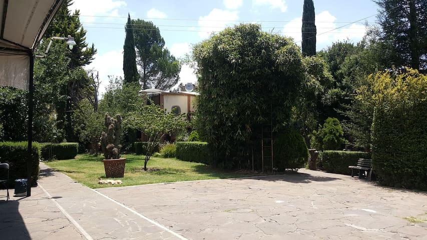Casa rustica de campo con un gran jardín