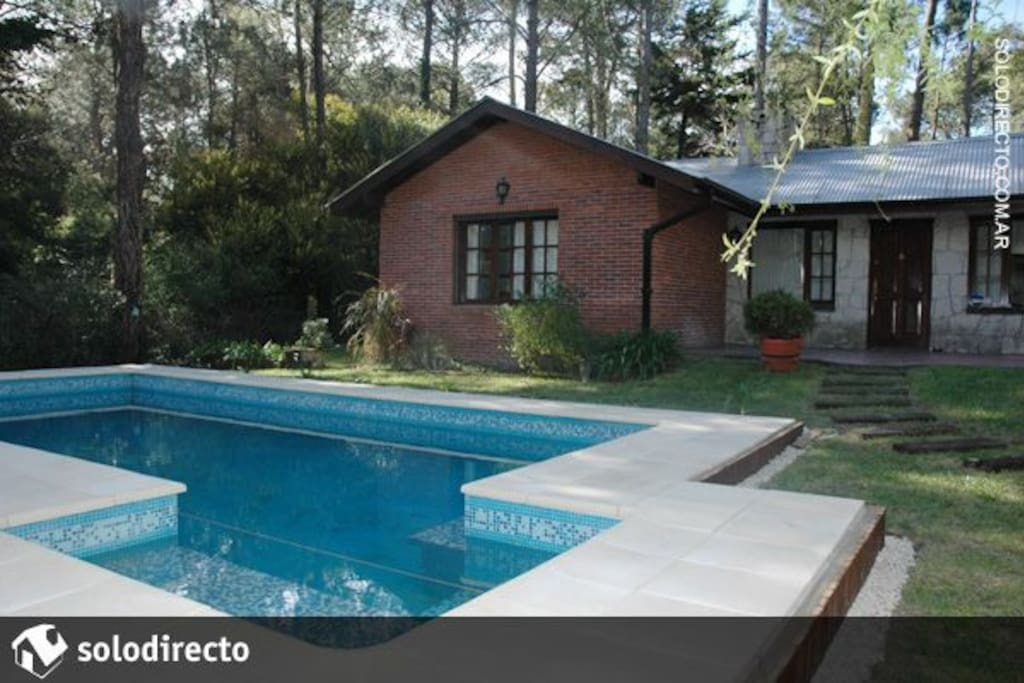 frente de la casa con la piscina climatizada