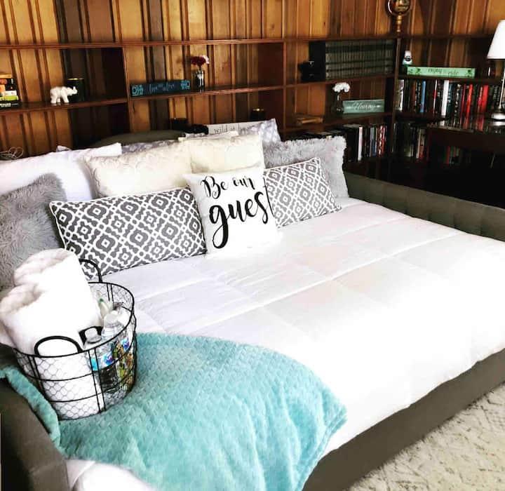 Cozy Studio-Style, En-Suite Room in Cloverdale