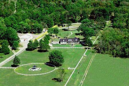 The Lodge Guest Suite on Horse Estate - Lascassas - Hus
