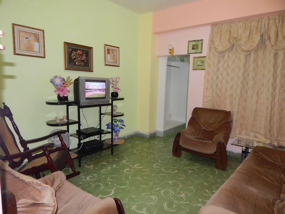 la sala y entrada del apartamento