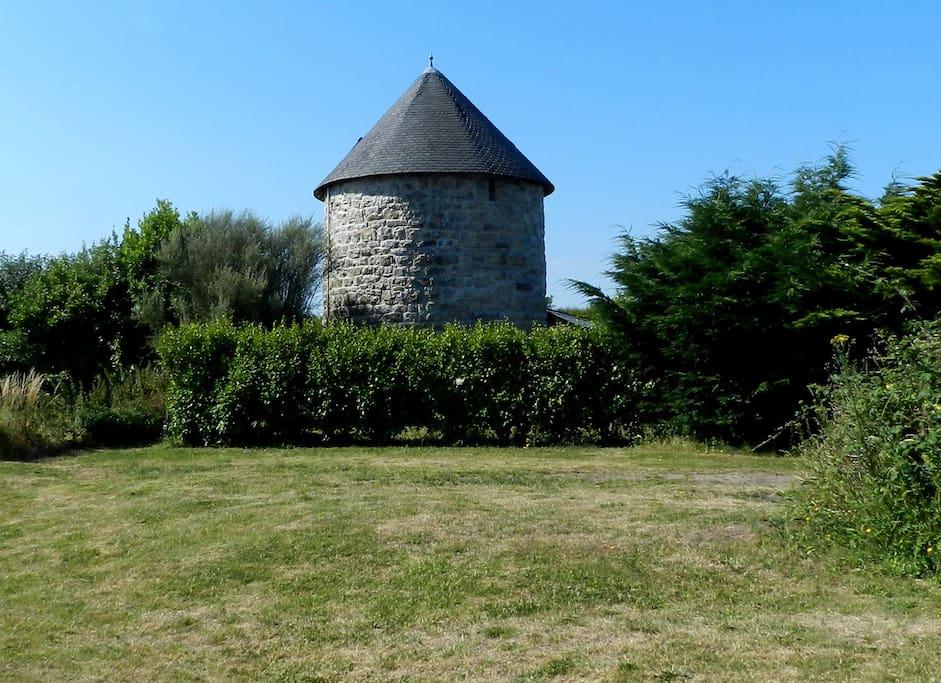 A 800m de la belle plage de Goulien, le moulin bénéficie du calme de la campagne. Entouré d'une enceinte végétale, on y séjourne à l'abri des regards.