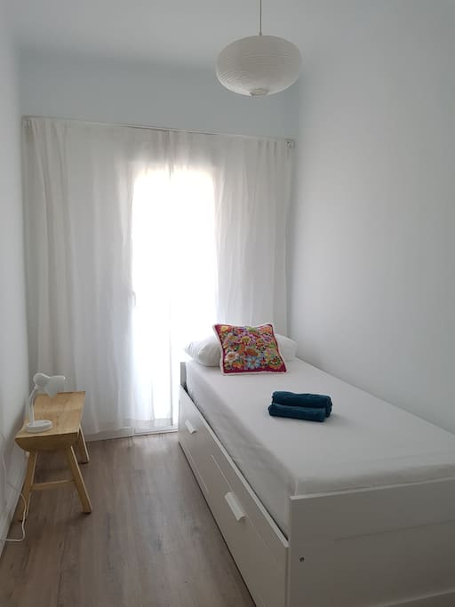Single bed which converts to double