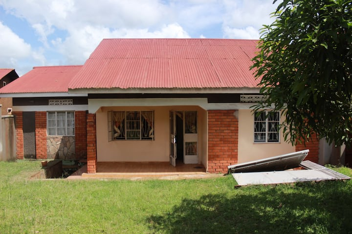 Beautiful quiet house: Entebbe Rd - Kisubi/Entebbe